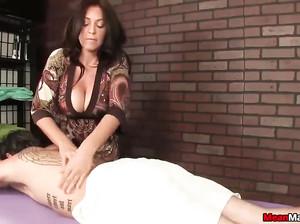 Женщина с большими сиськами сделала охуенный массаж члена
