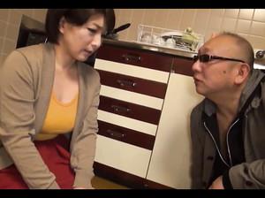 Над зрелой японкой доминируют мужчины